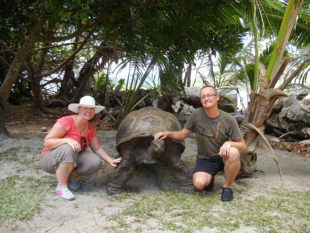 Auf der Insel Curieuse mit Riesenschildkröte
